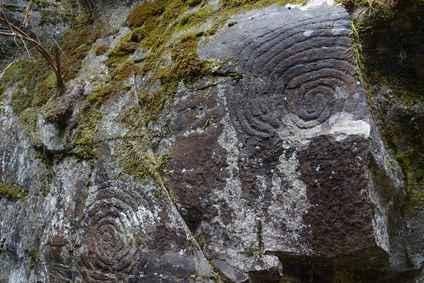 des cercles gravés dans la roche depuis plus de 5000 ans