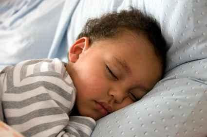 un bébé dort profondément après qu'une correction géobiologique a été appliquée sur la maison de ses parents