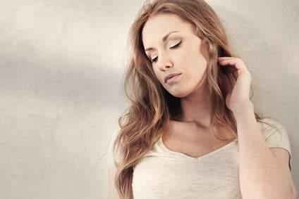 Une jeune femme dont le sommeil est perturbé par des insomnies dues à des perturbations géobiologiques, est atteinte de maux de tête
