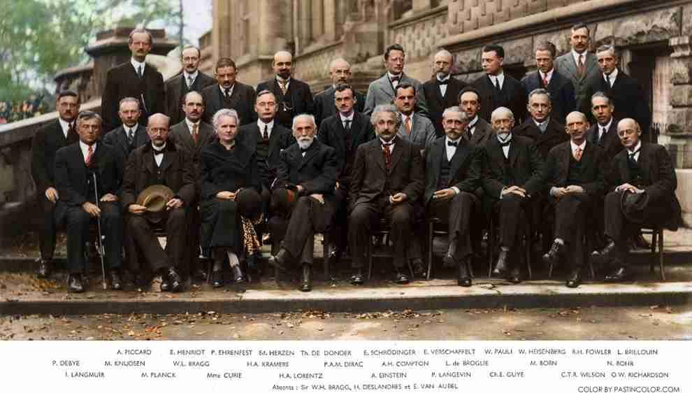 Le congrès organisé par Solvay en 1927 réunit les meilleurs physiciens de l'époque : Einstein, Bohr, De Broglie, Schrödinger, Planck, Marie Curie...